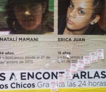 Papelitos de prostitución sobre afiche de búsqueda de ni{as de la Ciudad de Buenos Aires