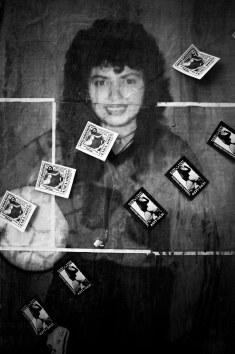Papelitos de prostitución sobre afiche de Higui